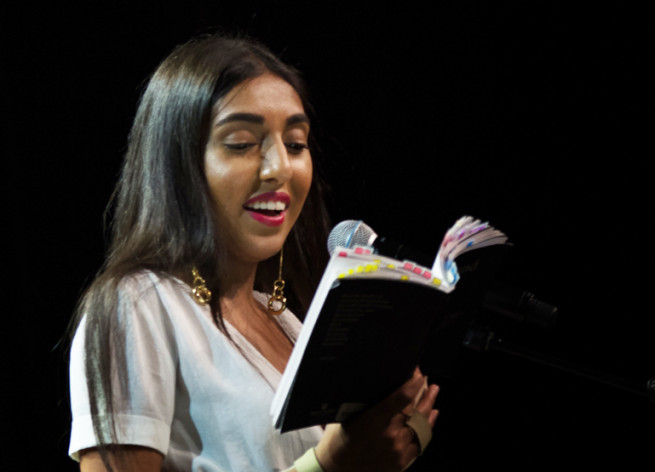 Рупі Каур виступає зі сцени